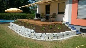 Terrasse mit Steinmauer