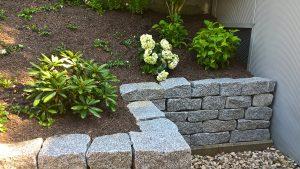 Beet mit Steinmauer