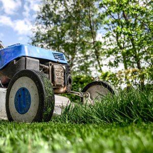 Rasenpflege mit Traktor